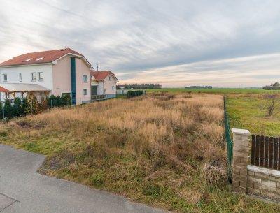 Stavební pozemek 1067 m2, kompletní IS, Šestajovice